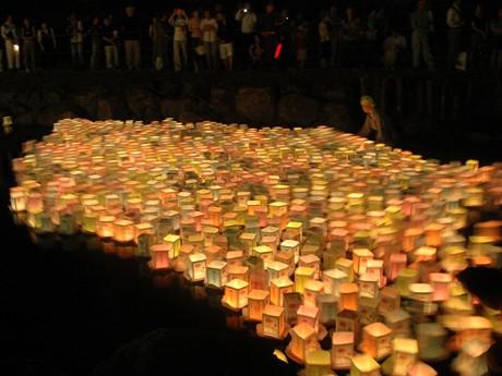 野川で行われた灯籠流しの様子。