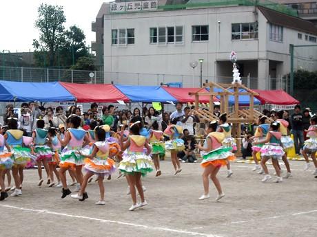 市内ダンスチームのステージや200人前後が参加のジャンケンゲームも行われた「こどもあそび博覧会」