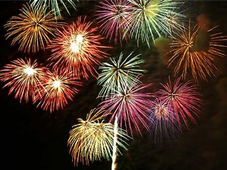 昨年打ち上げられた「調布市花火大会」の花火の様子