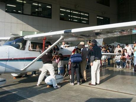 調布飛行場のセスナ機を間近で見る昨年の来場者の様子。