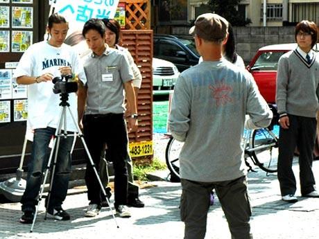 調布市内の商店街コマーシャルの撮影を行う日活芸術学院の生徒たち