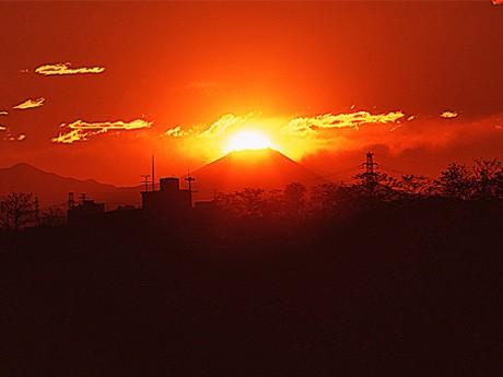 2007年11月12日、多摩川土手(調布市多摩川2)で熊澤孝昭さんが撮影したダイヤモンド富士