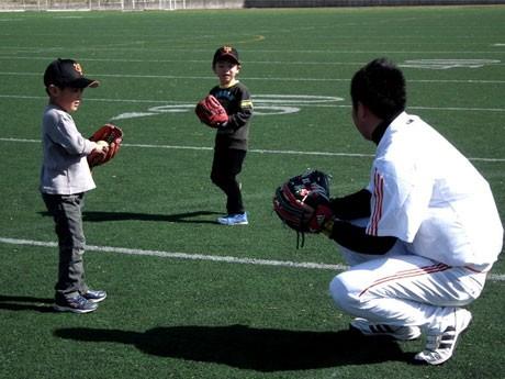 調布・味の素スタジアムのサブグラウンドで、ジャイアンツアカデミーの認定コーチから指導を受ける子どもたち