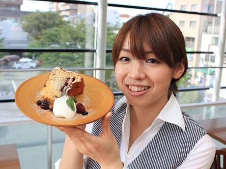 スタッフ・永野睦美さんのオススメ「ブルーベリーのシフォンケーキ」。クリームチーズが入ってしっとり