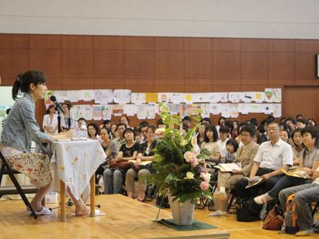 小島慶子さんの講演に真剣に耳を傾ける400人の参加者