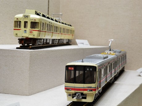 京王線車両20分の1紙製模型、8000系(右)と5100系(左)