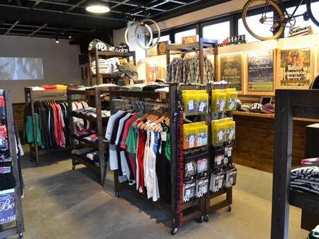 RealBvoice(リアルビーボイス)の販売ブース。店内奥は今まで通りランチやカフェを営業