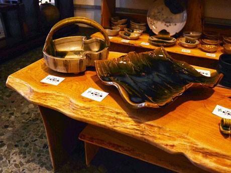 千葉征彦さんの被災した作品。津波を受けたテーブルに展示されている