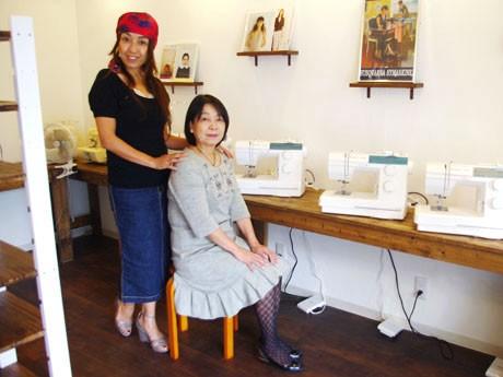 洋裁道具を完備し、プロのアドバイスも受けられるミシンカフェ「Nico(ニコ)」。運営者の中嶌ユキさんと母の君子さん