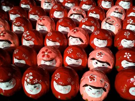 福島の三春張子人形の地で修行し、制作した「調布だるま」