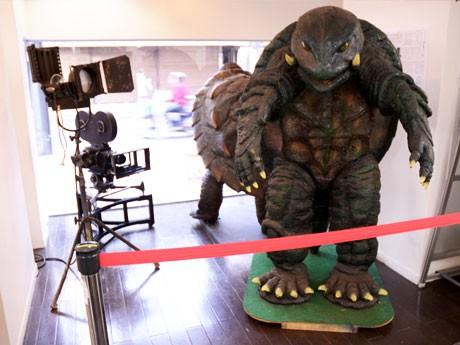 調布市観光案内所「ぬくもりステーション」に新設された映画コーナー。撮影で使われた「ガメラ」の着ぐるみも