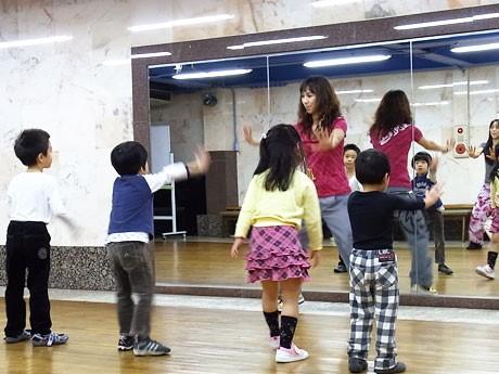 テレビなどでも紹介されたダンス「ズンバ」。子供向けプログラム「ズンバトミック」教室が調布で開講)