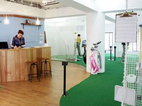 2月22日にオープンした、インドアゴルフ練習場「spoon(スプーン) 仙川店」の店内の様子