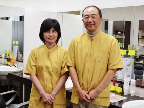 野球少年応援サービスを始めた「理容ナカヤマ」の中山久さんと初恵夫人