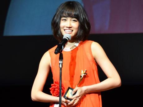 AKB前田敦子さんが新人賞を受賞。「初めて出演した映画の撮影は調布だった」とスピーチ