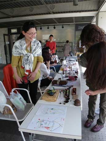 プラザ・ギャラリーゆかりの作家のアートやクラフト作品を展示し、格安に販売する「仙川アートフェア」。昨年の様子。