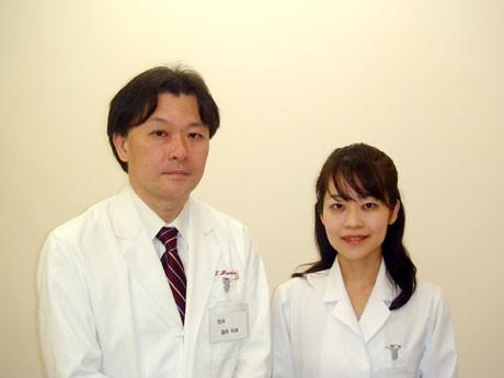 5月22日に開院した「はすだ内科・循環器内科クリニック」。蓮田聡雄院長(左)、蓮田真由理副院長(右)。