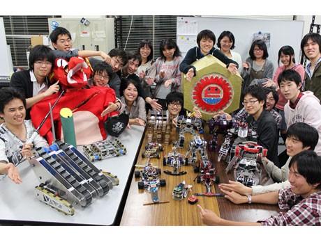 ロボットコンテストで優勝のほか、多数の賞を獲得した「電気通信大学 ロボメカ工房」のメンバー。