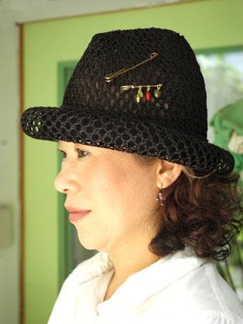 「ドーナツハット」をかぶる帽子作家の乾ひろみさん。
