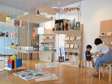 手づくりの絵本や写真集、アートブックの展示『Fairy tales 絵本展 2012』の様子。