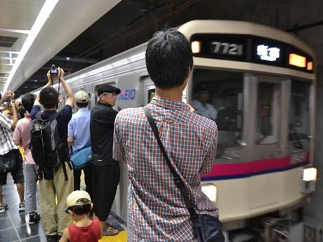 多数の見物者や報道陣が待ち構える中、新しい地下調布駅に電車が到着した。写真は9時46分発・新宿行き準特急。