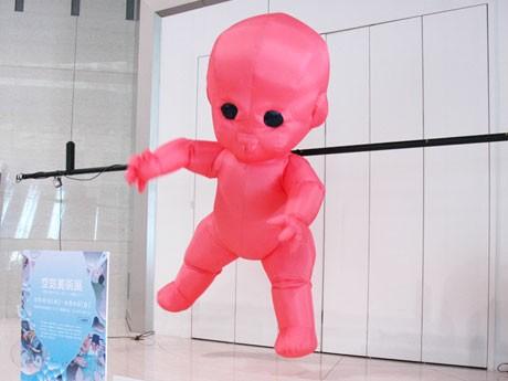 たづくりの入り口に設置された巨大赤ちゃん「Dancing Baby」。