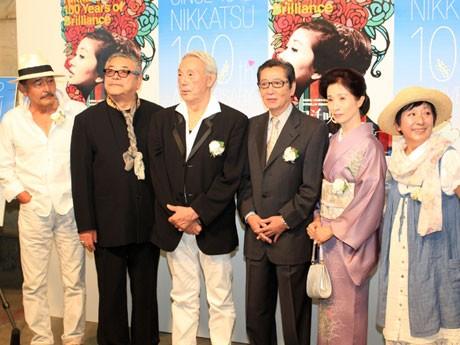 日活創立100周年記念式典で記者会見に応じる日活出身の俳優たち。「撮影所には当時芝生の広場があって、みなで車座で話をした。勉強を教え合ったり、学園のようだった」と当時を思い出すように語った。左から、藤竜也(71)、中尾彬(70)、宍戸錠(78)、浜田光夫(68)、松原智恵子(67)、和泉雅子(65)。