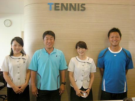 9月23日に「テニスフェスティバル」を開催する「東宝調布テニスクラブ」のインストラクターとフロントスタッフ。当日はスタッフ総動員でイベントを盛り上げる。