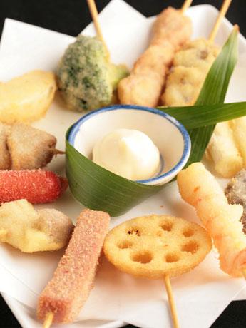 米油と米粉で揚げる串揚げは約40種類を用意。各130円。