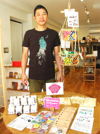 9月15日にオープンしたフェアトレードや復興支援商品の専門店「Joy'nt Factory」の店主・田中彰悟さん。