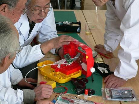 例年参加している「電気通信大学おもちゃの病院」では、壊れたおもちゃの修理を無料で行う