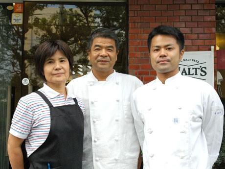 11月1日に創業27周年を迎える「ジャスミン亭」。店主の池勝さん(中央)、妻の恵美子さん(左)、長男の祐亮さん(右)。
