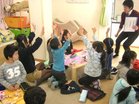 「PNK花まる学習会調布教室」の1~3年生クラスの授業風景。スピード感と躍動感にあふれる授業展開で子ども達が「できた」と大きな声で手を上げる。