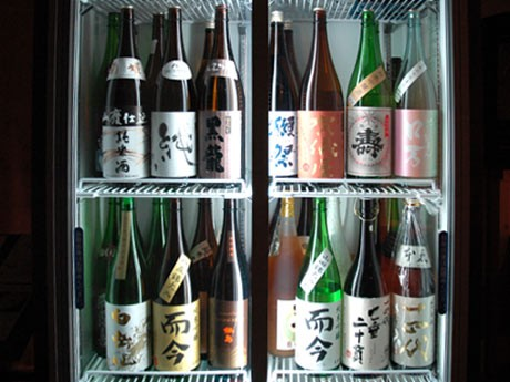 「賀儀屋」「いずみ橋」「花泉ロ万」「磐城寿」の4銘柄をメーンに約30種の日本酒を用意する「和酒厨房 ばさら仙川店」