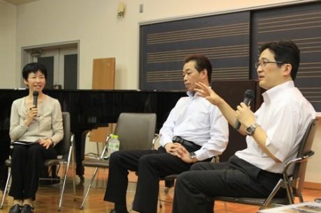 昨年行われた「調布子育て協働プラットホーム」設立総会の様子。白百合女子大学准教授・髙橋貴志さんと調布市子ども政策課長・大島振一郎さんによる子育て支援の未来をテーマにした講演が行われた