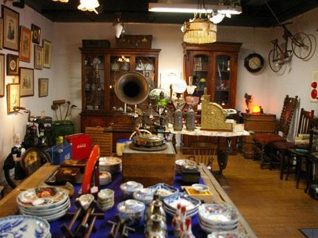 「Antique Art タカツ」の店内にところ狭しと並べられたアンティーク商品