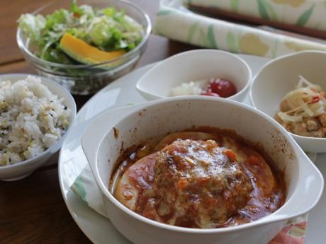 ランチメニュー「ハンバーグのミートソースグラタン」(980円)。サラダ2品と日替わり小鉢が付き、コーヒーか紅茶を選ぶことができる。