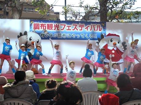 昨年は冬に初開催した「調布観光フェスティバル」。ゆりーとダンスを披露する様子。