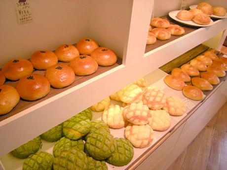 無添加生地の柔らかいパンを少量ずつ焼き上げるため、いつも焼きたてが並ぶ。