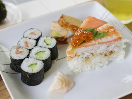 「ランチプレート(和)」の寿司ケーキセット(800円)