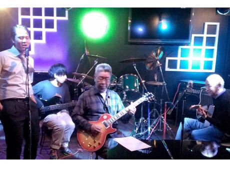 柴崎のライブバー「LIVE&Session MISS YOU」でのセッションの様子