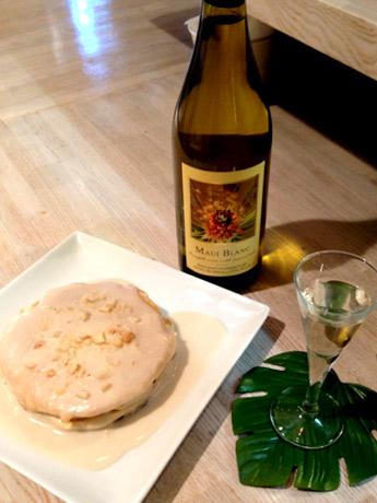 ハワイアンパンケーキ「Haupia」850円、「パイナップルワイン」(グラス500円)