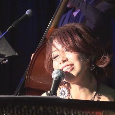 調布市在住のプロミュージシャンhiroyoさん。ジャズからパンクロックまでマルチに活躍する。