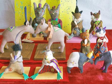 ハンドメードで作られた動物ひな人形