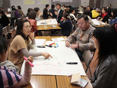 2013年1月に実施した第2回調布子育て協働フォーラムの様子。所属団体の違いや立場を超えて子育て支援について参加者全員で考えた。