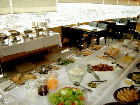 たづくり12階のレストラン「Sky Restaurant Prestige(プレステージ)」ランチビュッフェの様子