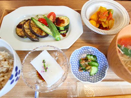 平日限定の1汁3菜と玄米か雑穀米が付く「ベジランチ」(950円)