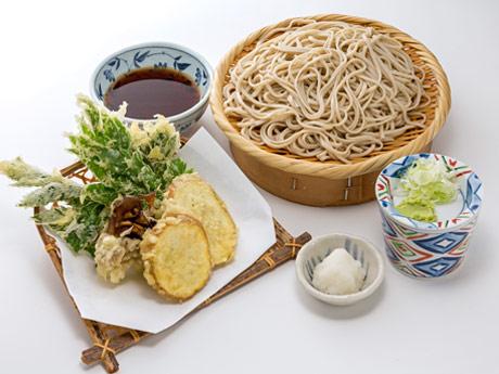 深大寺そばと新島食材のコラボメニューの1つ「明日葉とあめりか芋の天ざる」