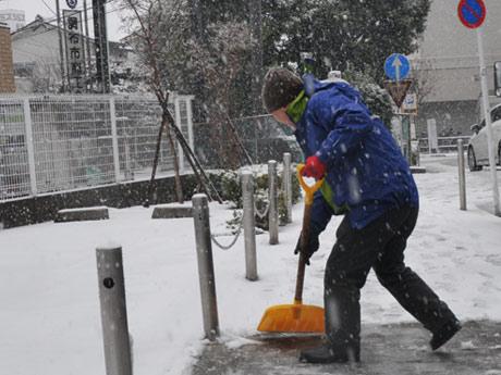 雪かきをする市民の様子