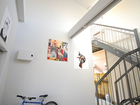 若手アーティストの作品を共同スペースに常設展示する賃貸アパートの「HI-CUBE」